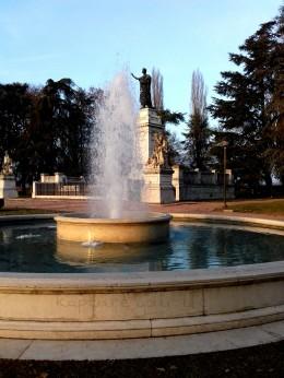 Piazza Virgiliana In alto a destra la statua di Virgilio nella sua ultima ristrutturazione